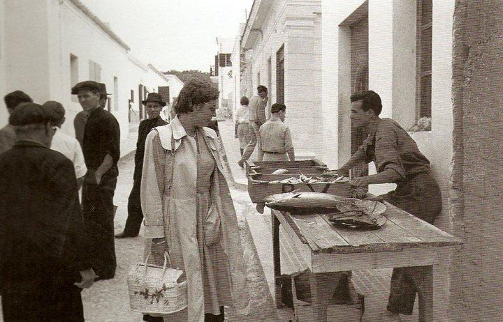 Vendiendo pescado en la calle Progreso en Sant Antoni. Foto Heinz Vontin años 50 (FOTOS EIVISSA ANTIGA - IBIZA ANTIGUA)